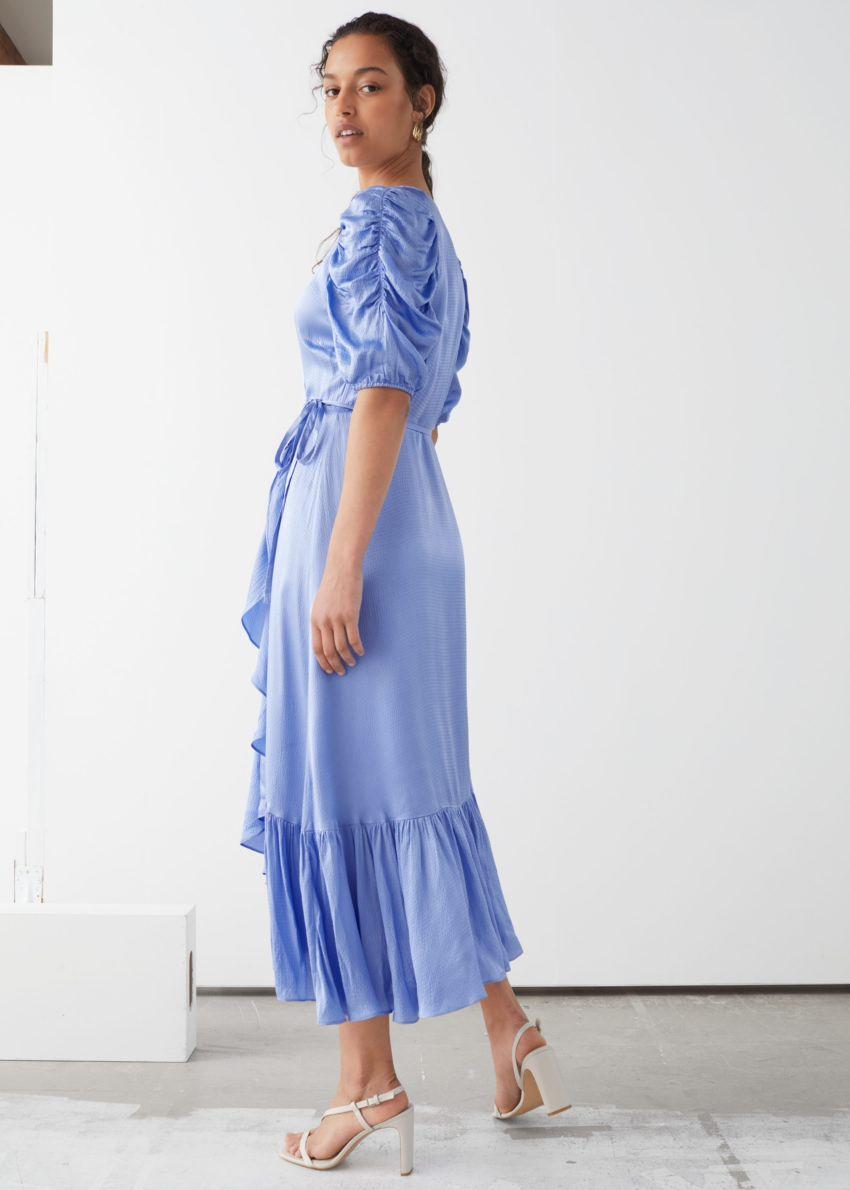 앤아더스토리즈 퍼프 슬리브 랩 미디 드레스의 블루컬러 ECOMLook입니다.
