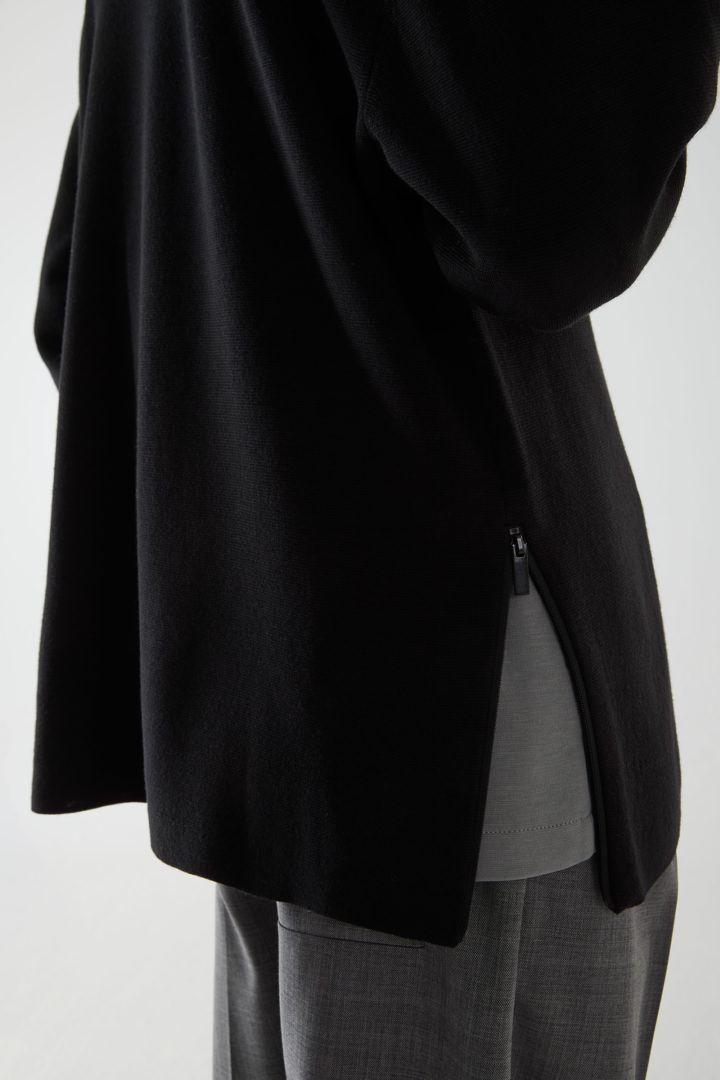 COS 오버사이즈 울 스웨터의 블랙컬러 ECOMLook입니다.