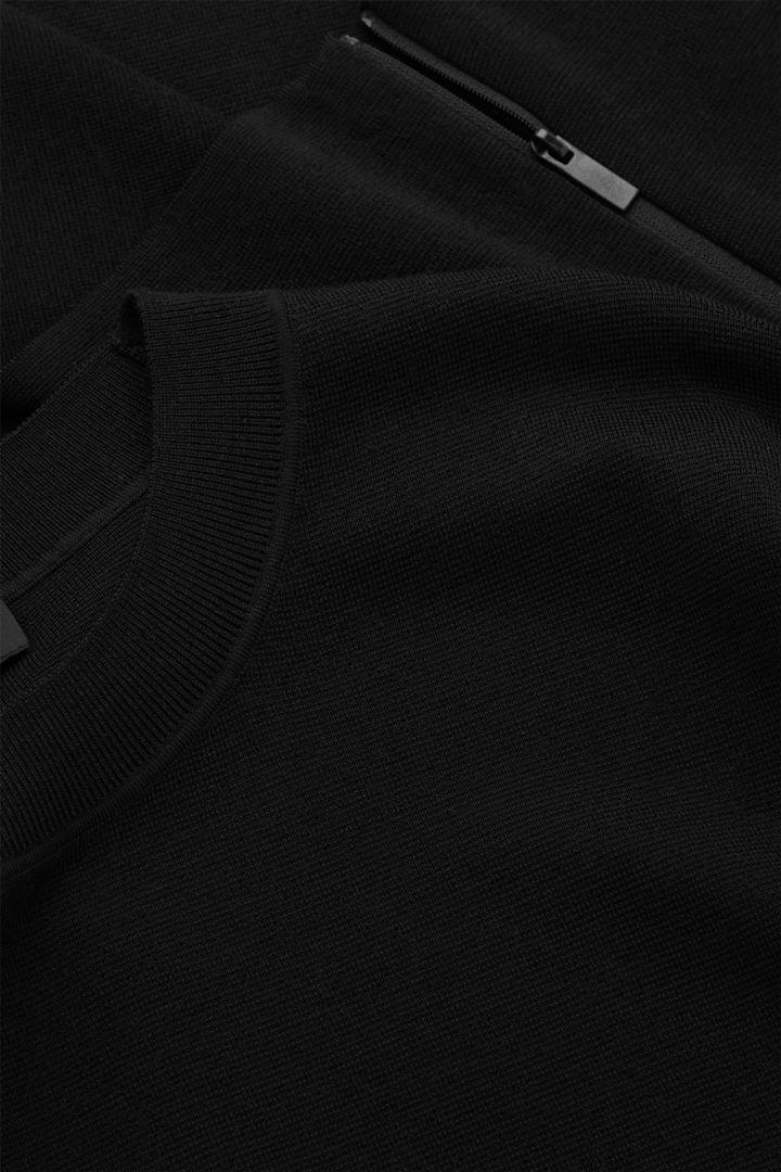 COS 오버사이즈 울 스웨터의 블랙컬러 Detail입니다.
