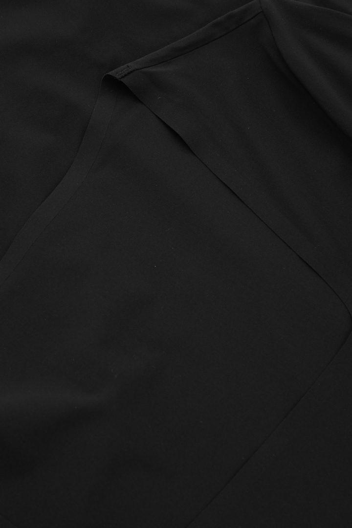 COS 스퀘어 넥 롱 슬리브 바디의 블랙컬러 Detail입니다.