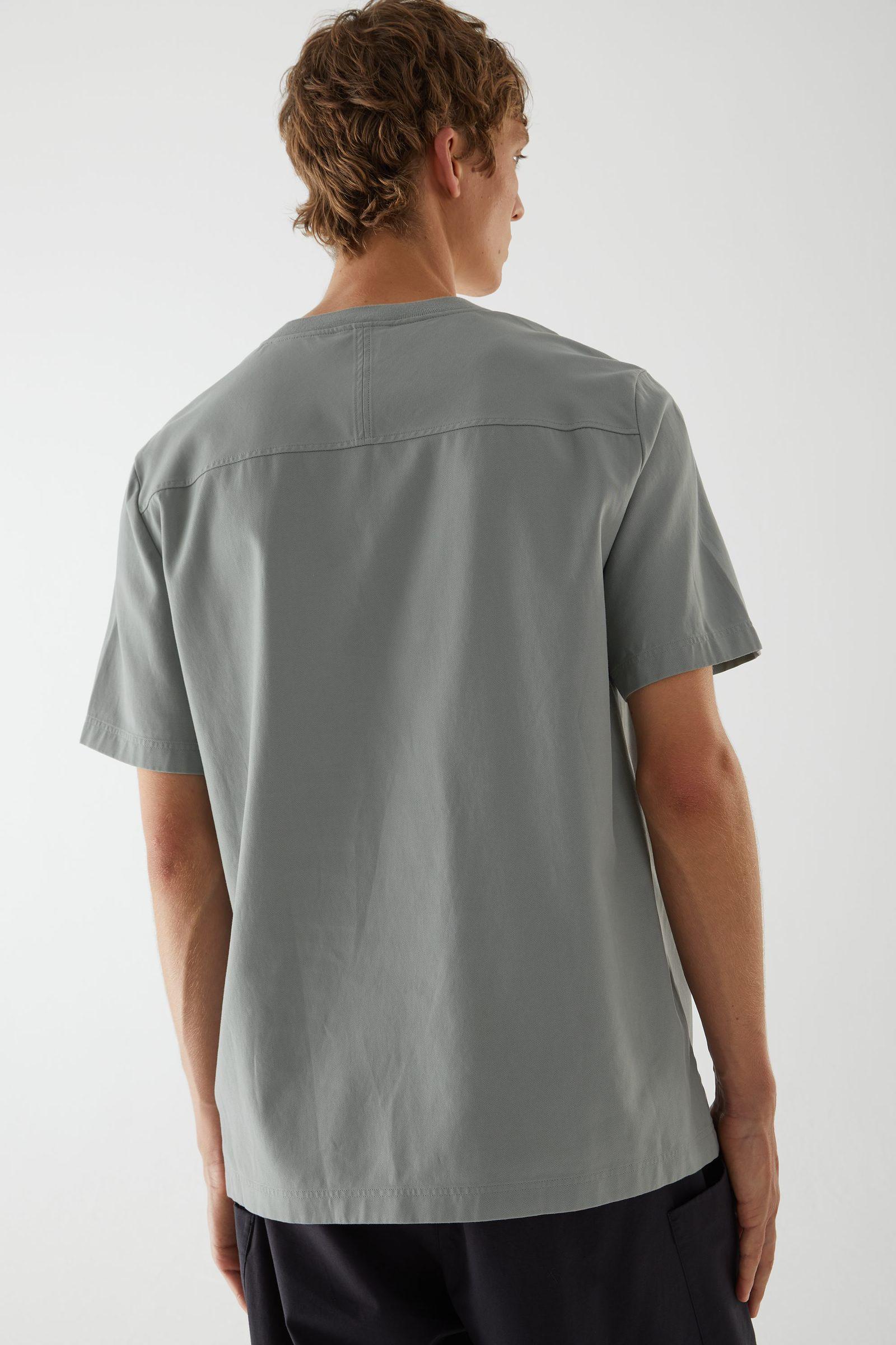 COS 코튼 라이오셀 믹스 컨스트럭티드 티셔츠의 그레이컬러 ECOMLook입니다.