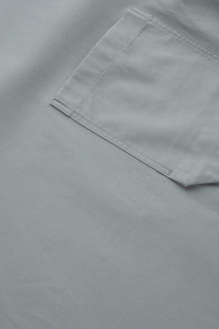 COS 코튼 라이오셀 믹스 컨스트럭티드 티셔츠의 그레이컬러 Detail입니다.