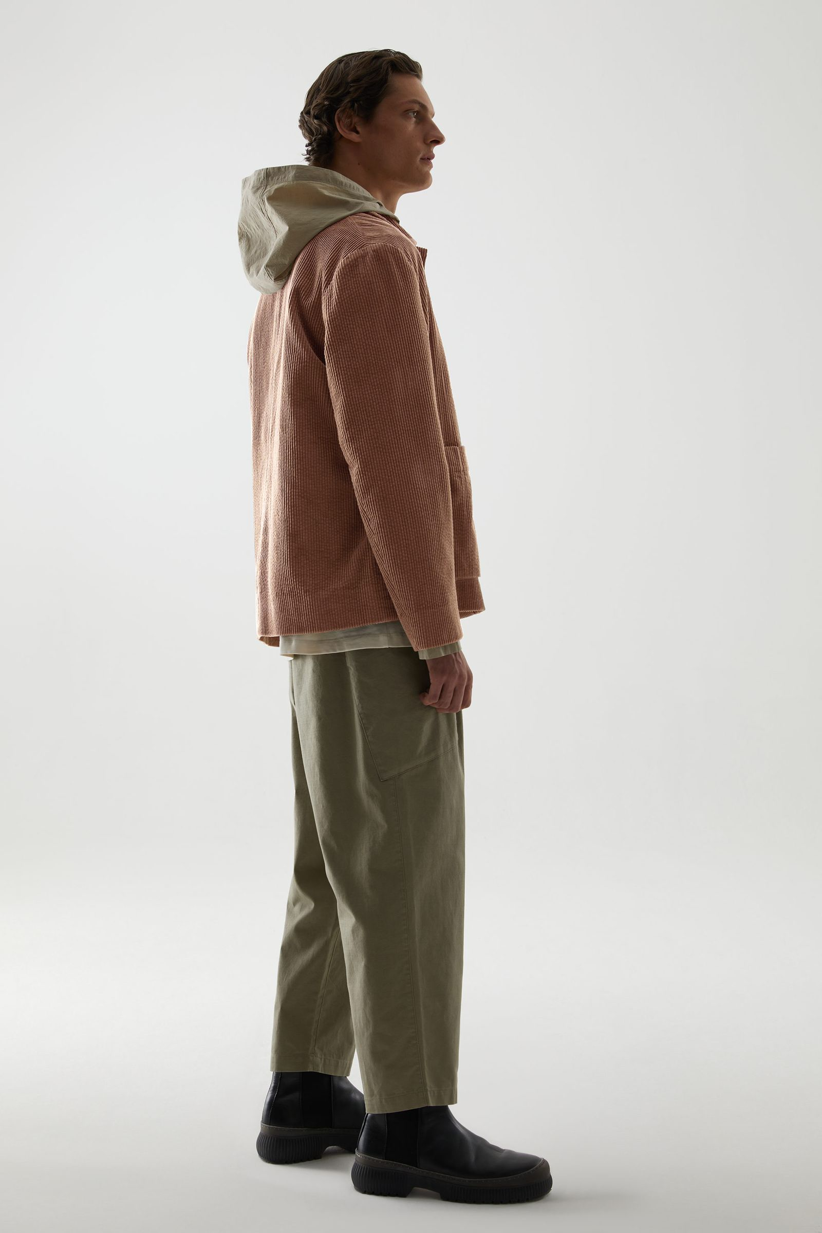 COS 코튼 코듀로이 클린 컷 재킷의 베이지컬러 ECOMLook입니다.