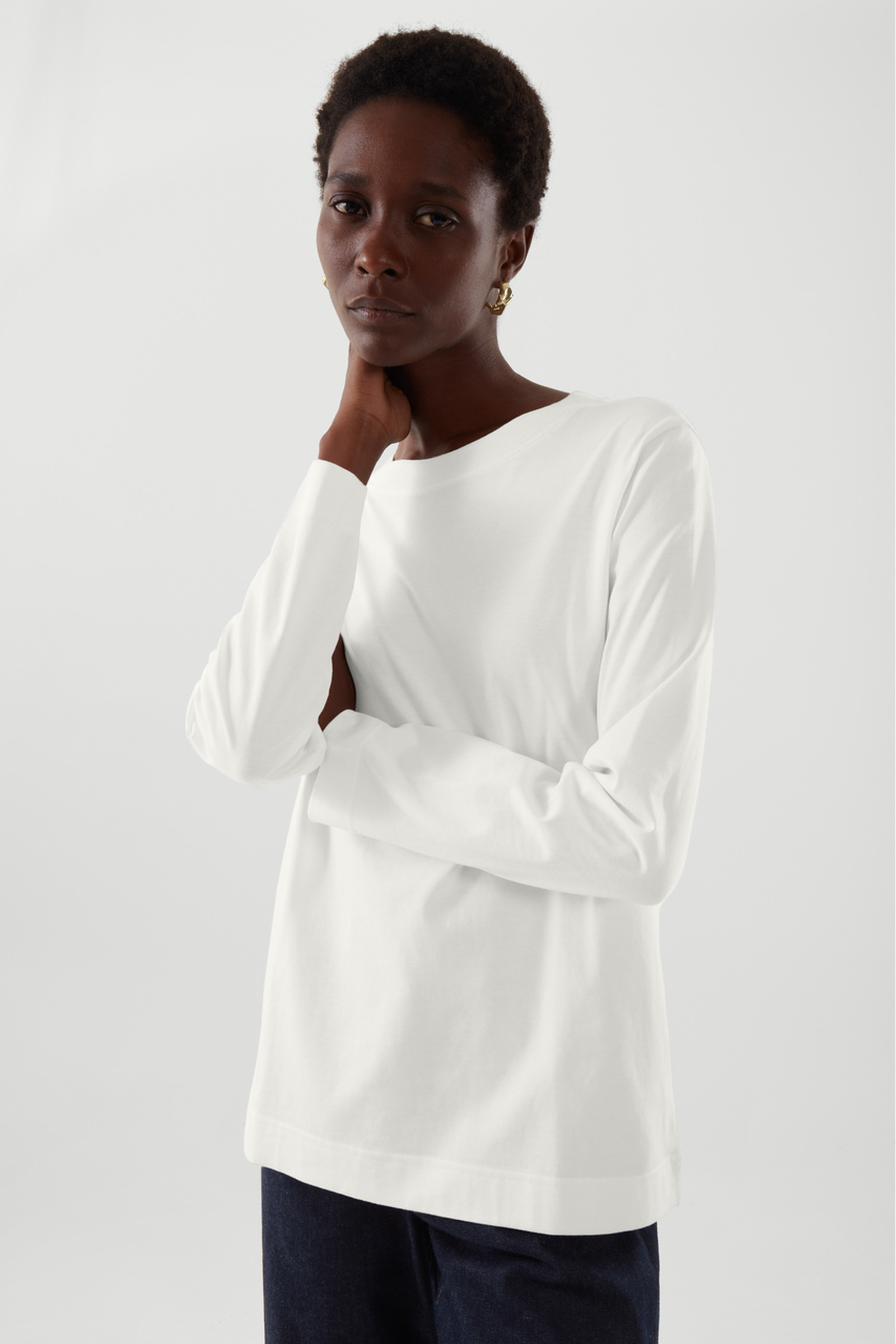 COS 와이드 넥 롱 슬리브 티셔츠의 화이트컬러 ECOMLook입니다.
