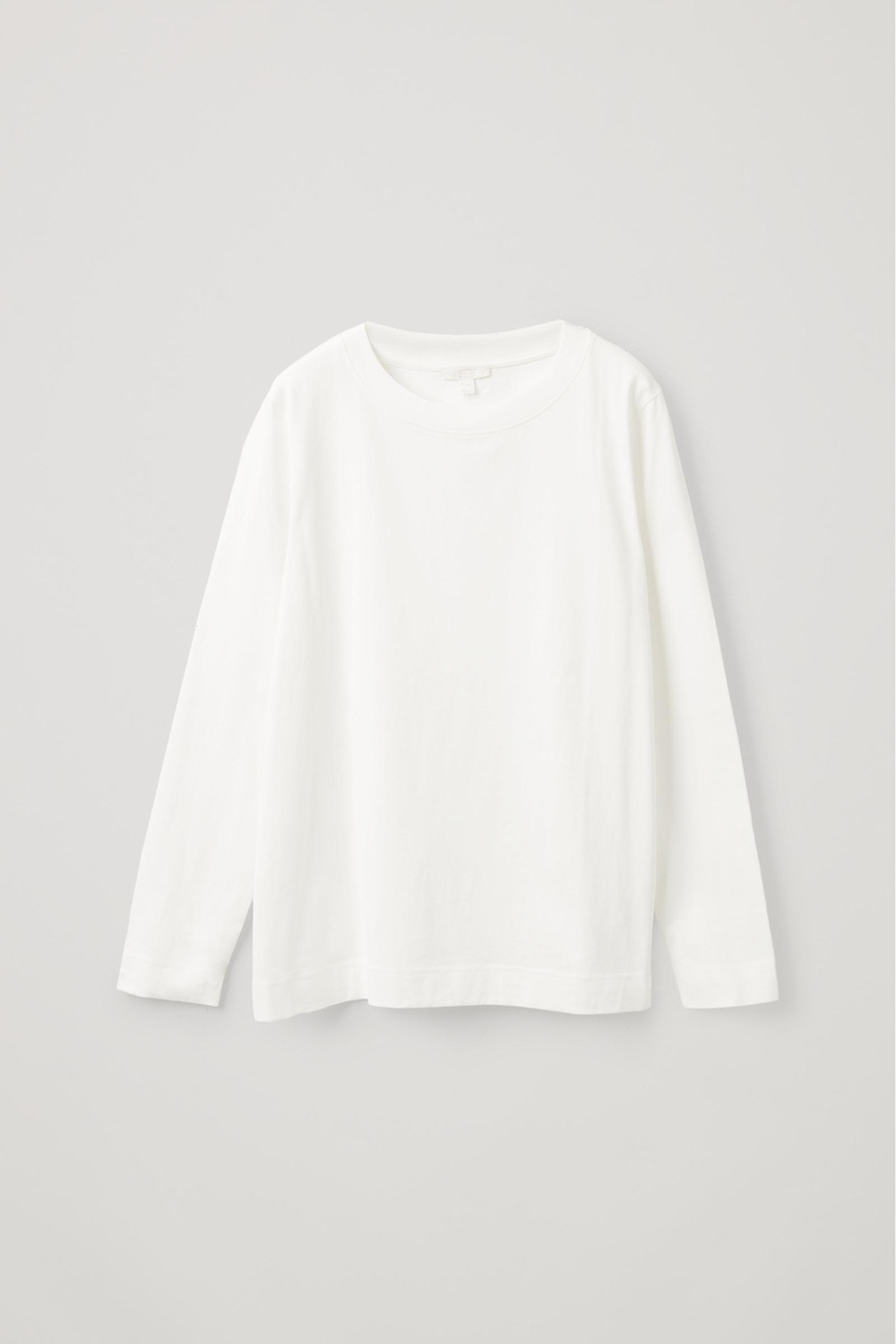 COS 와이드 넥 롱 슬리브 티셔츠의 화이트컬러 Product입니다.