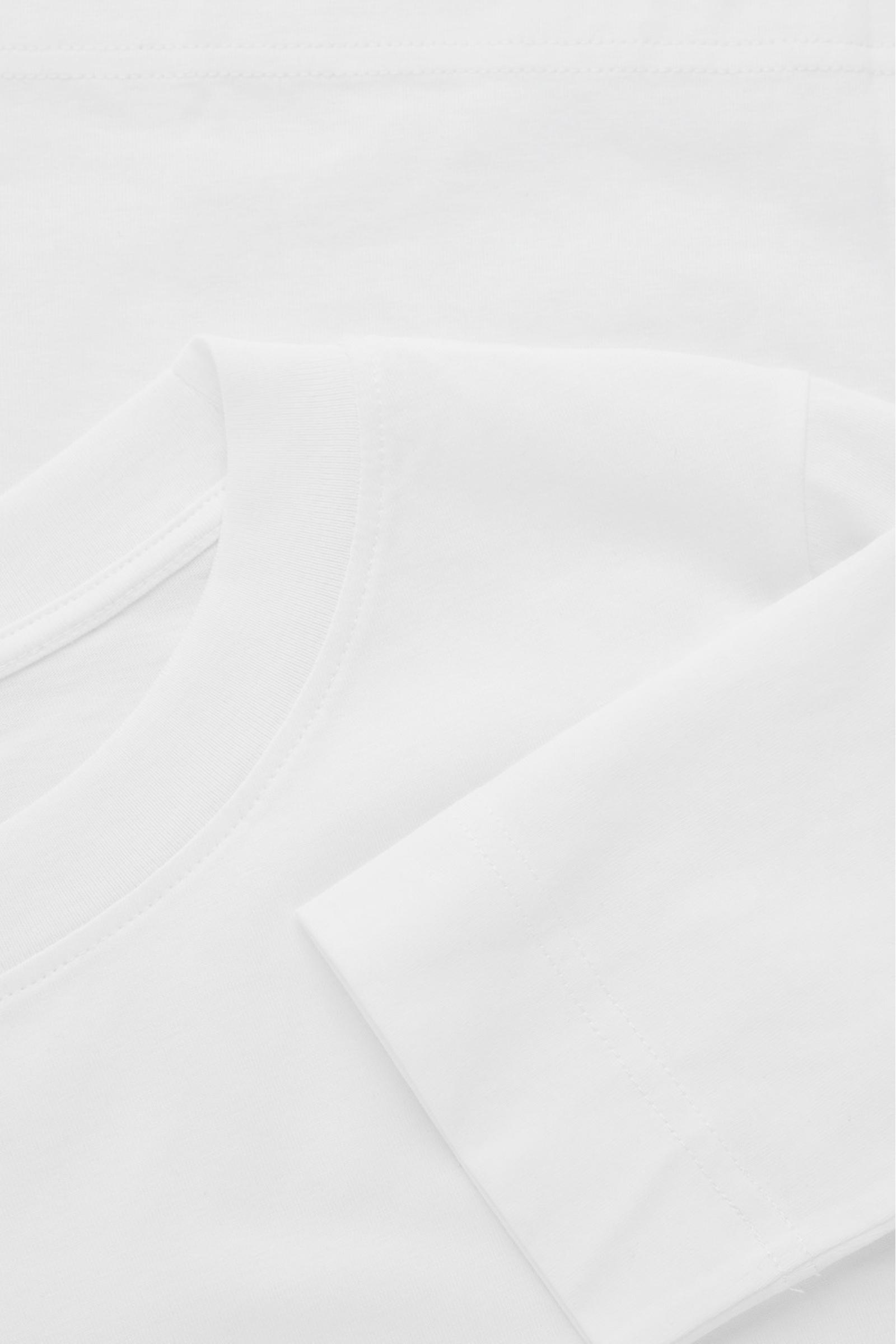 COS 와이드 넥 롱 슬리브 티셔츠의 화이트컬러 Detail입니다.