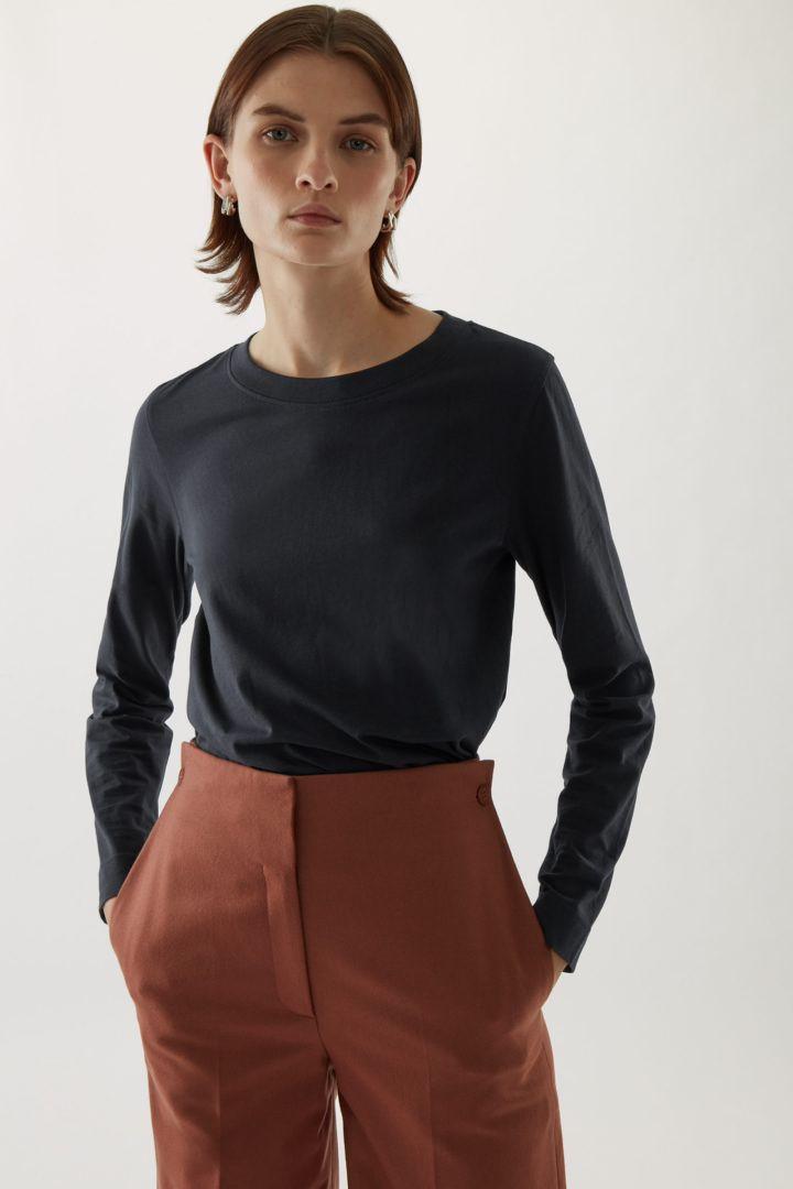 COS default image 3 of 블랙 in 와이드 넥 롱 슬리브 티셔츠