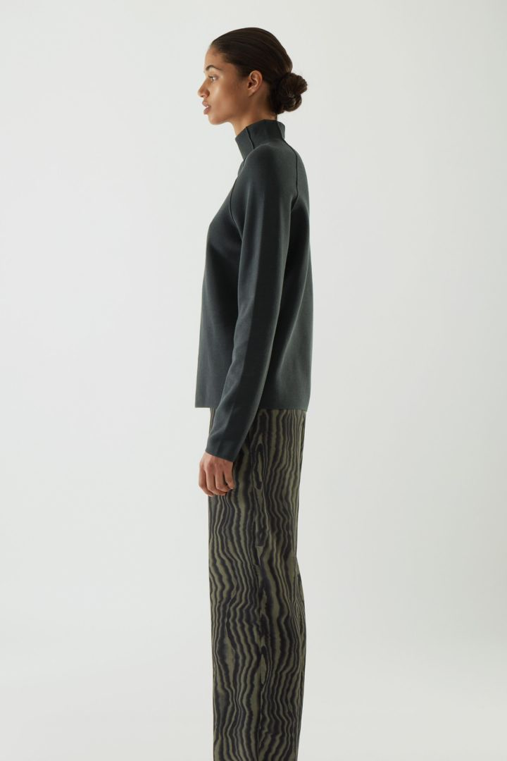 COS 폴로 넥 오가닉 코튼 스웨터의 그레이컬러 ECOMLook입니다.