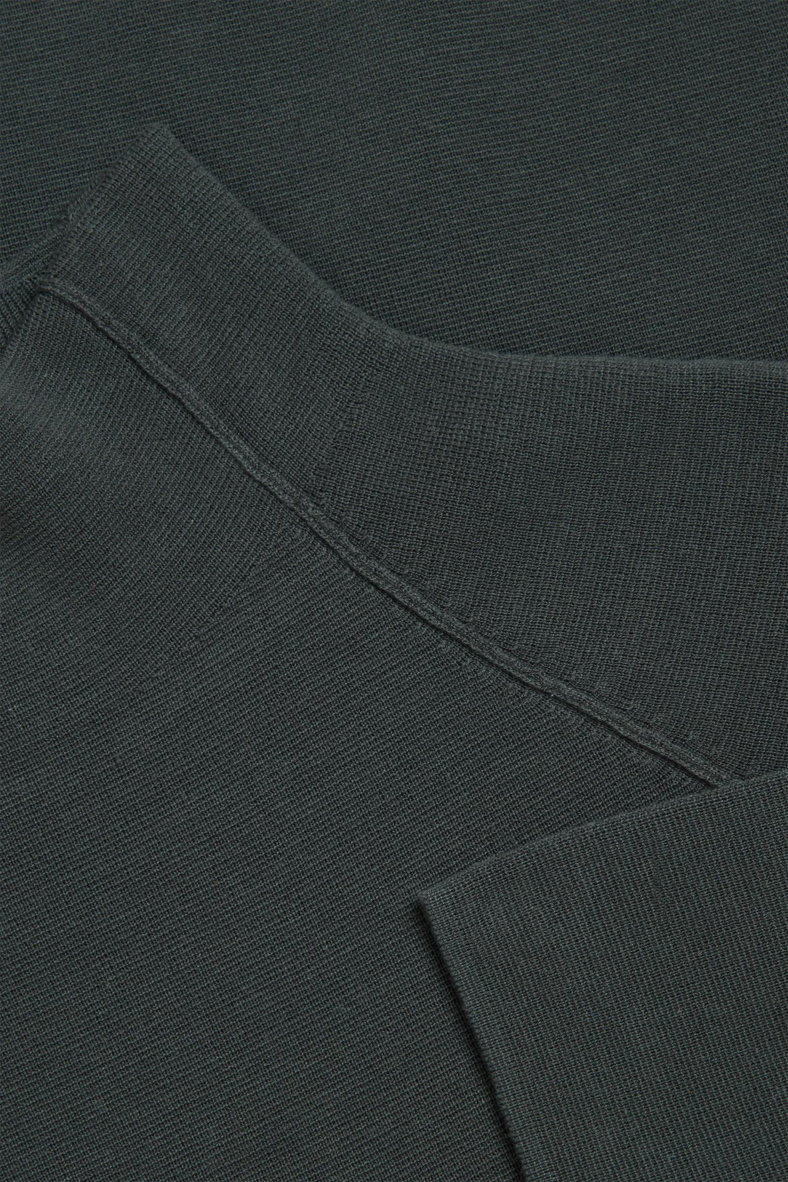 COS 폴로 넥 오가닉 코튼 스웨터의 그레이컬러 Detail입니다.