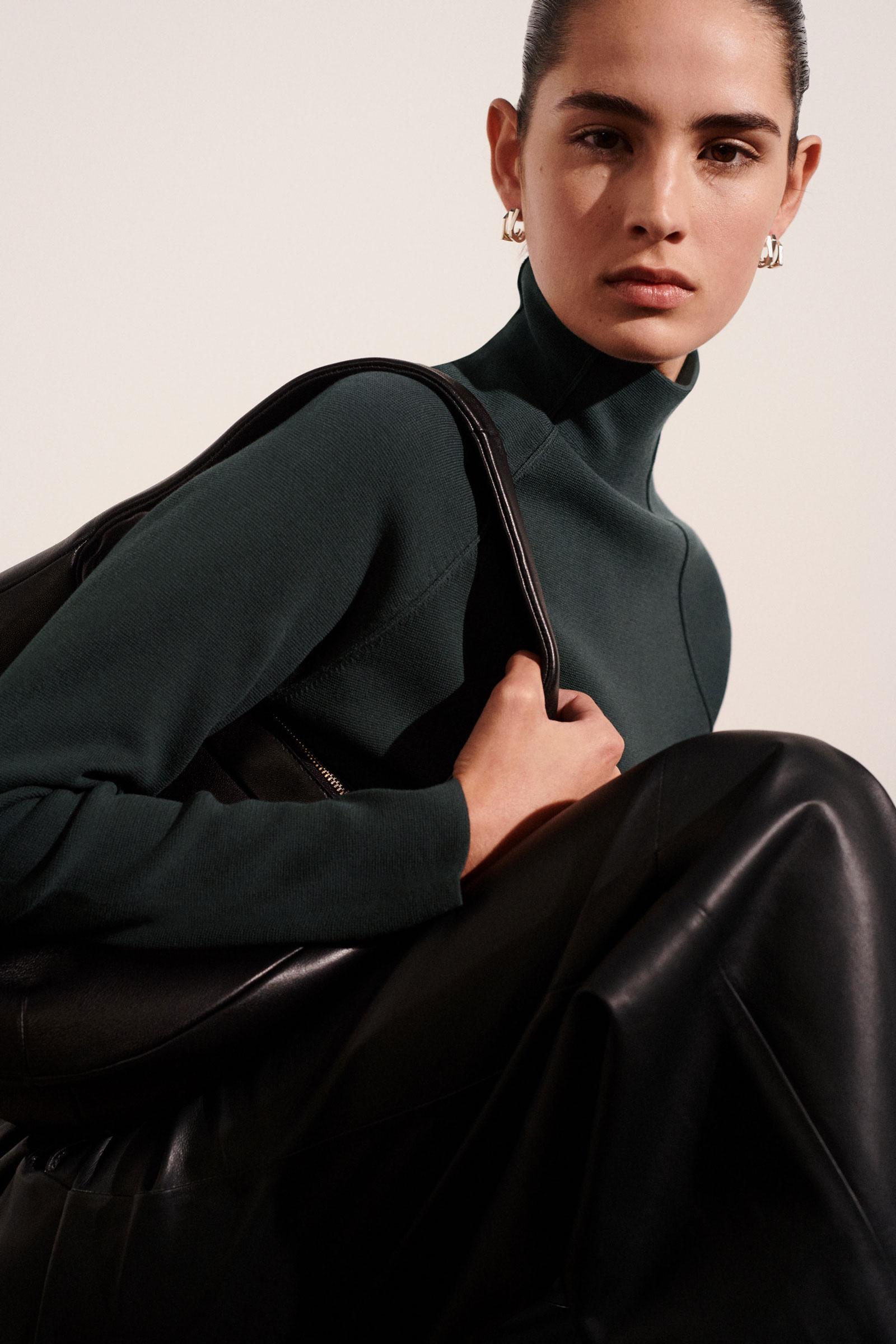 COS 폴로 넥 오가닉 코튼 스웨터의 그레이컬러 Environmental입니다.