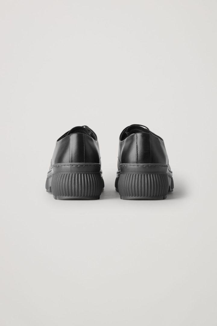 COS 레더 레이스업 청키 더비 슈즈의 블랙 / 그레이컬러 Product입니다.
