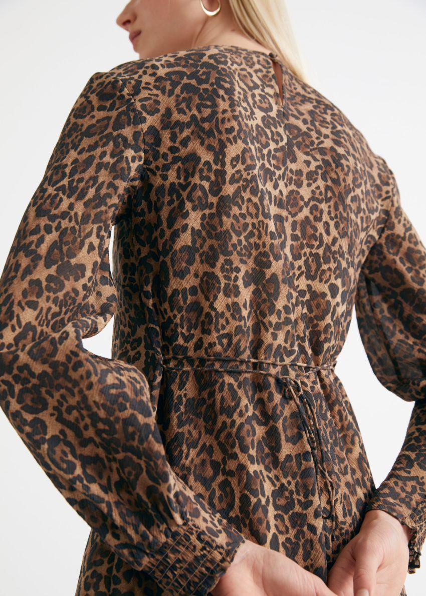 앤아더스토리즈 프린트 플로티 A 라인 미니 드레스의 치타컬러 ECOMLook입니다.