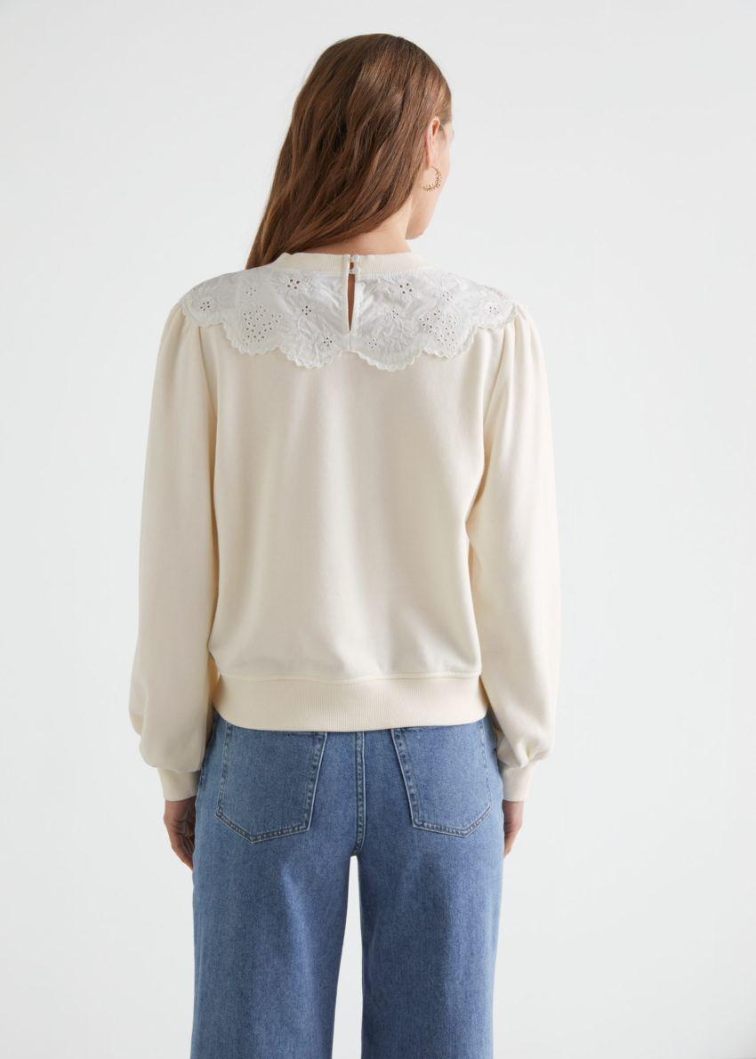 앤아더스토리즈 엠브로이더리 볼류미너스 슬리브 스웨터의 화이트컬러 ECOMLook입니다.