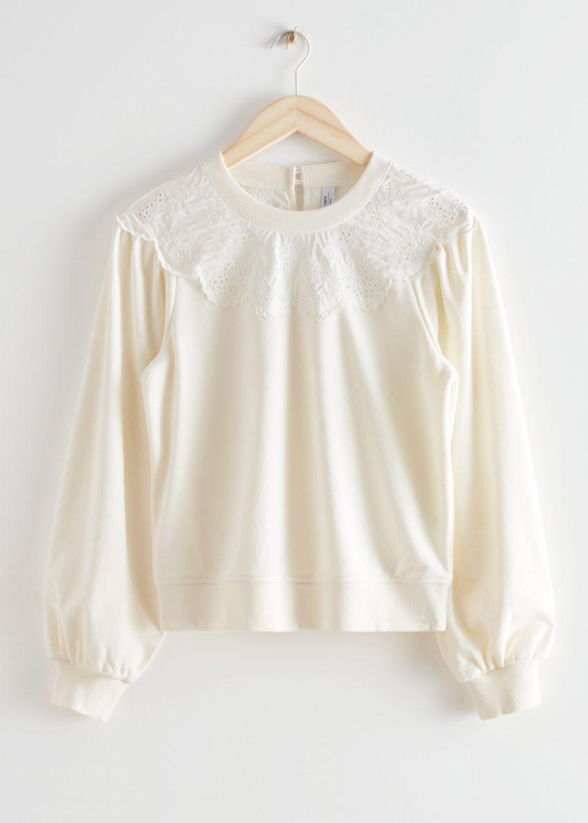 앤아더스토리즈 엠브로이더리 볼류미너스 슬리브 스웨터의 화이트컬러 Product입니다.