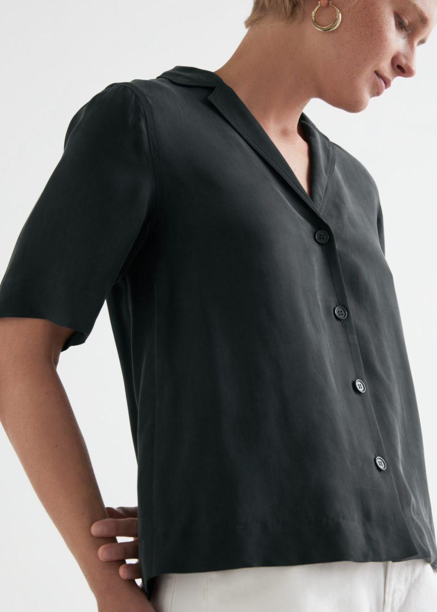 앤아더스토리즈 릴렉스드 버튼 업 볼링 셔츠의 블랙컬러 ECOMLook입니다.