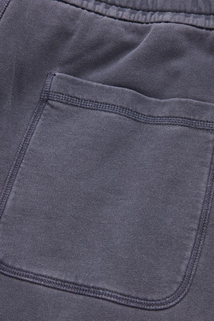 COS 레귤러 핏 커프드 조거의 다크 블루컬러 Detail입니다.