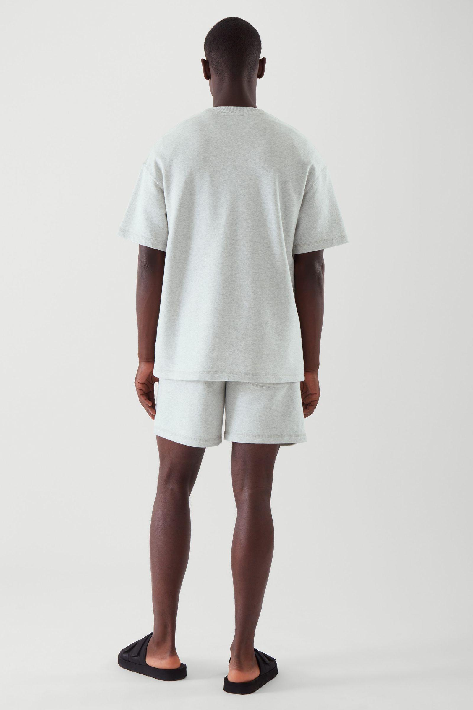 COS 스웻 티셔츠의 그레이컬러 ECOMLook입니다.