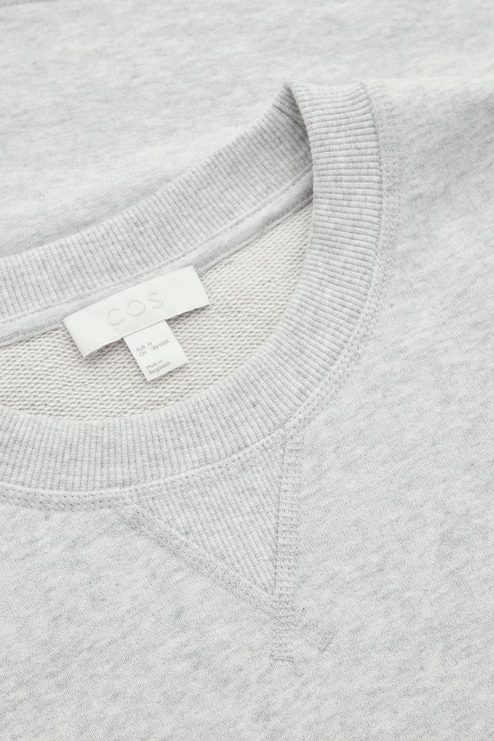 COS 스웻 티셔츠의 그레이컬러 Detail입니다.
