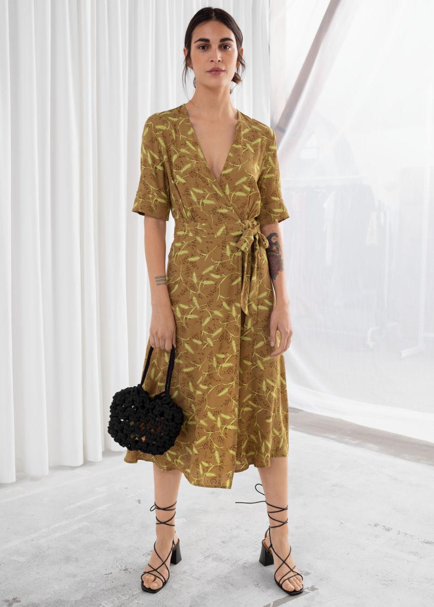 앤아더스토리즈 미디 랩 드레스의 위트 프린트컬러 ECOMLook입니다.