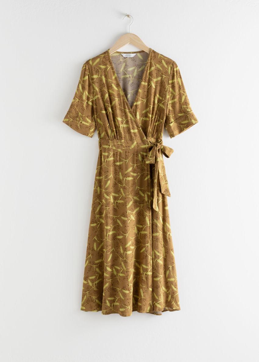 앤아더스토리즈 미디 랩 드레스의 위트 프린트컬러 Product입니다.