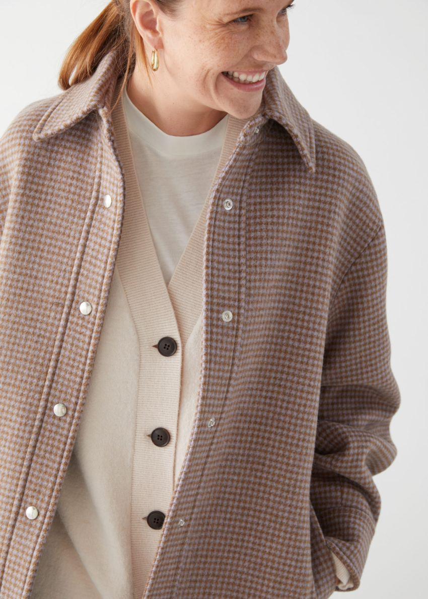 앤아더스토리즈 오버사이즈 셔츠 재킷의 카키 체크컬러 ECOMLook입니다.
