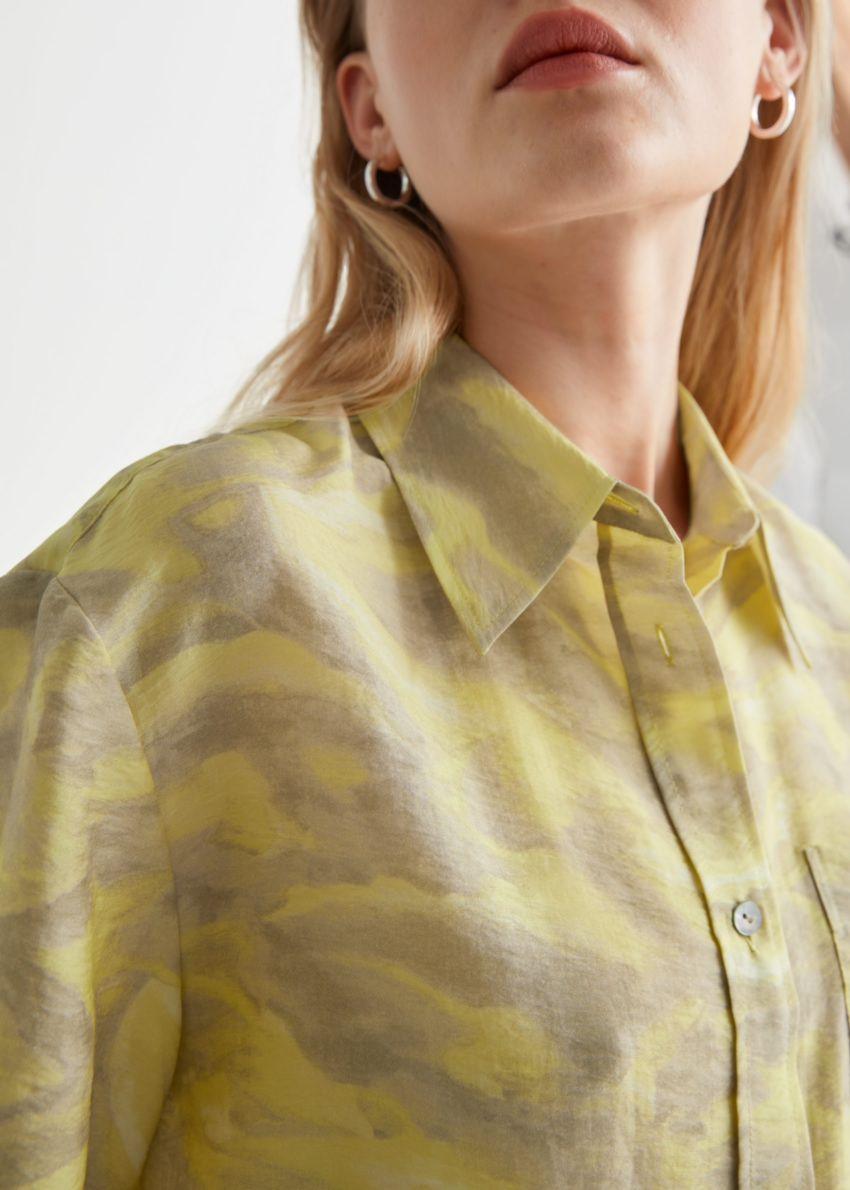 앤아더스토리즈 박시 버튼 업 셔츠의 옐로우 프린트컬러 ECOMLook입니다.