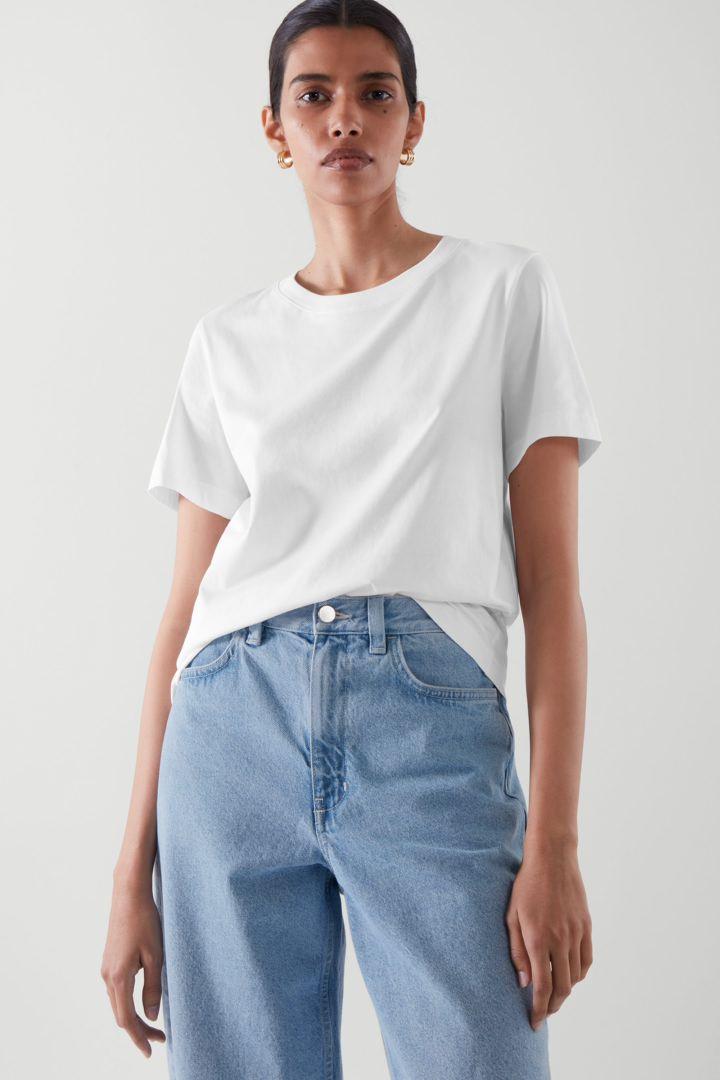 COS 코튼 저지 티셔츠의 화이트컬러 ECOMLook입니다.