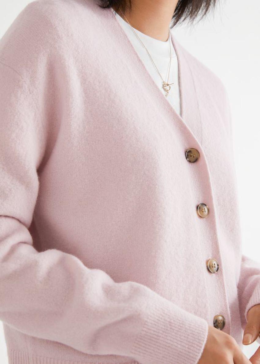 앤아더스토리즈 울 블렌드 니트 가디건의 라이트 핑크컬러 ECOMLook입니다.
