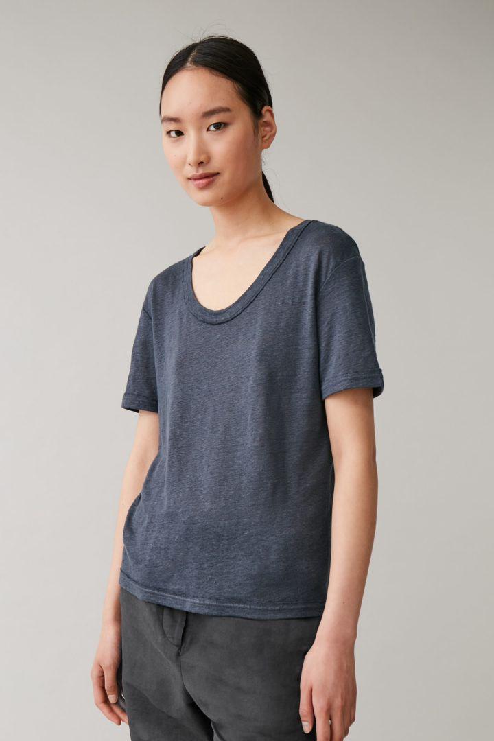 COS 로 엣지 리넨 티셔츠의 다크 그레이컬러 ECOMLook입니다.