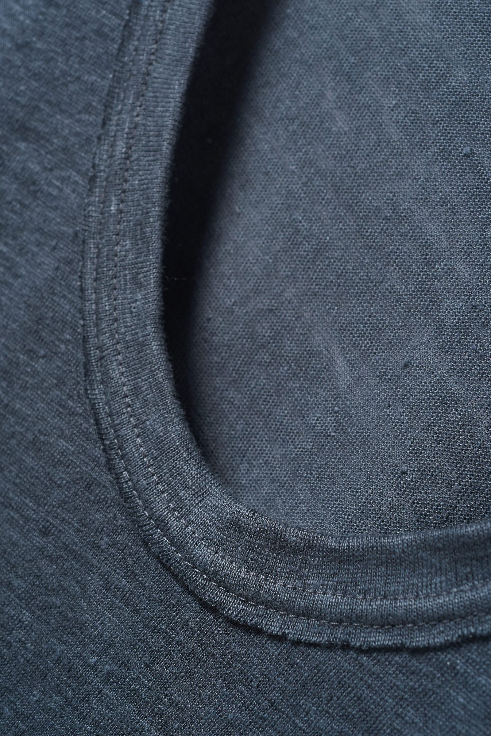COS 로 엣지 리넨 티셔츠의 다크 그레이컬러 Detail입니다.