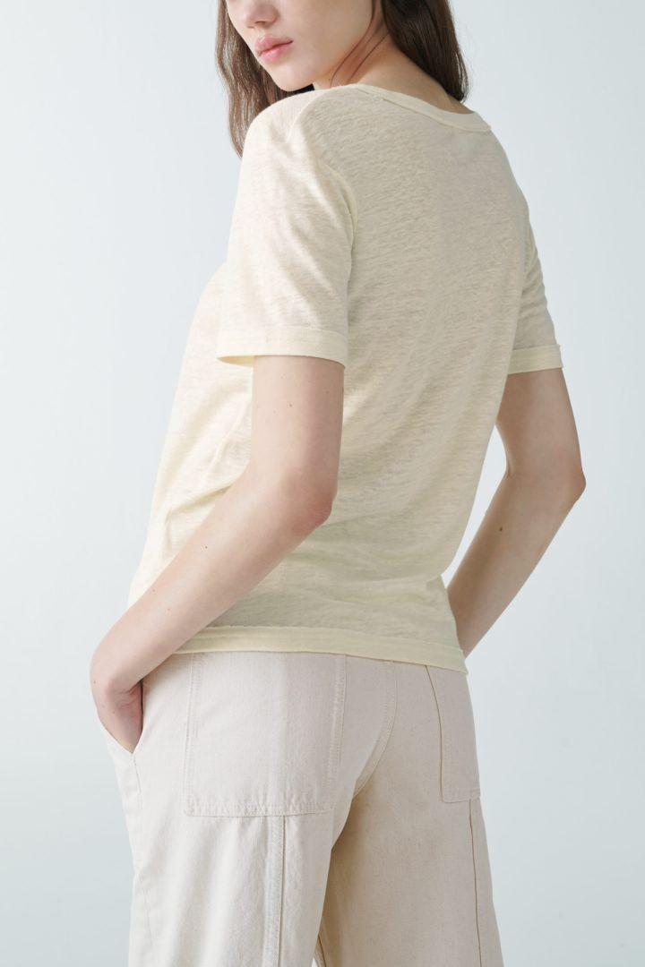 COS 로 엣지 리넨 티셔츠의 화이트컬러 ECOMLook입니다.