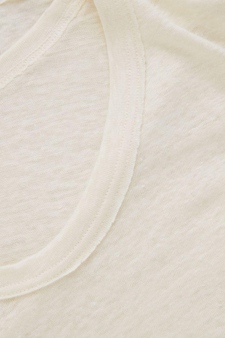 COS 로 엣지 리넨 티셔츠의 화이트컬러 Detail입니다.