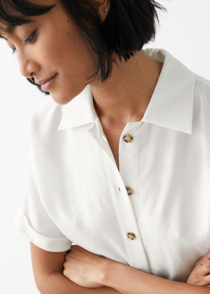 앤아더스토리즈 박시 쇼트 슬리브 셔츠의 화이트컬러 ECOMLook입니다.