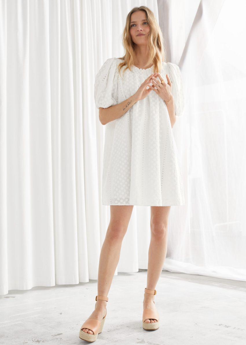 앤아더스토리즈 볼류미너스 플로럴 스모크 미니 드레스의 화이트컬러 ECOMLook입니다.