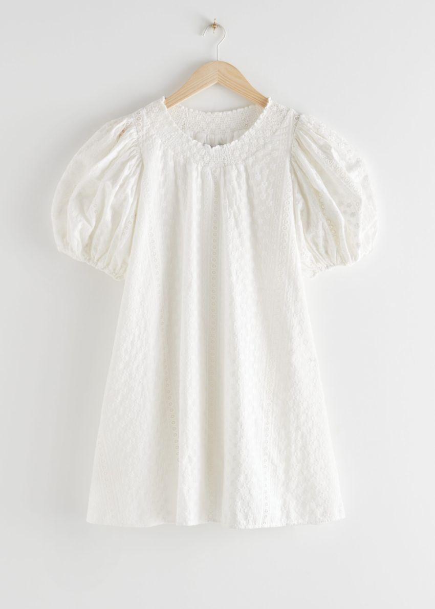 앤아더스토리즈 볼류미너스 플로럴 스모크 미니 드레스의 화이트컬러 Product입니다.