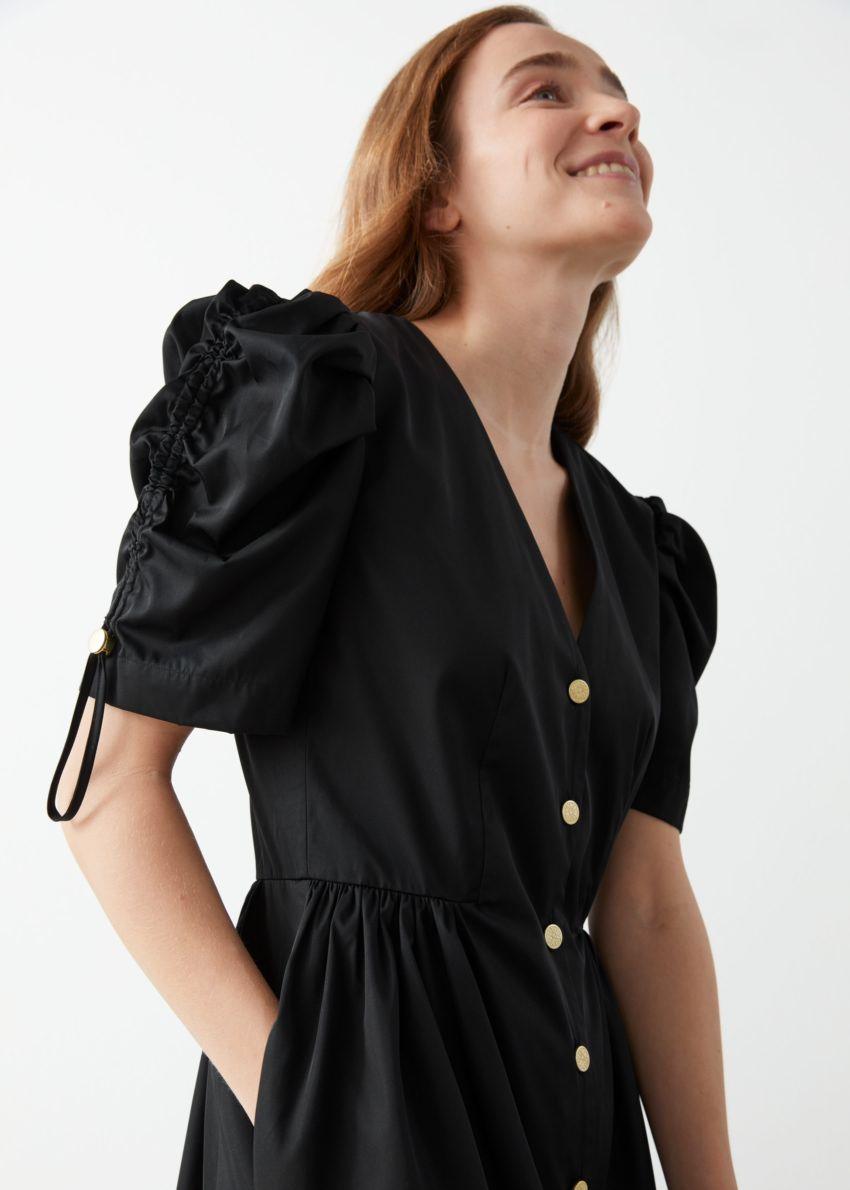 앤아더스토리즈 골드 버튼 퍼프 슬리브 미니 드레스의 블랙컬러 ECOMLook입니다.