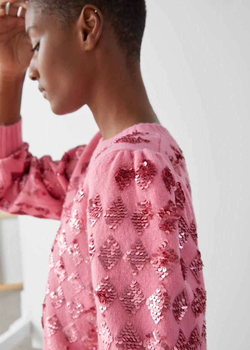 앤아더스토리즈 스파클링 할리퀸 퍼프 슬리브 스웨터의 핑크 할리퀸컬러 ECOMLook입니다.