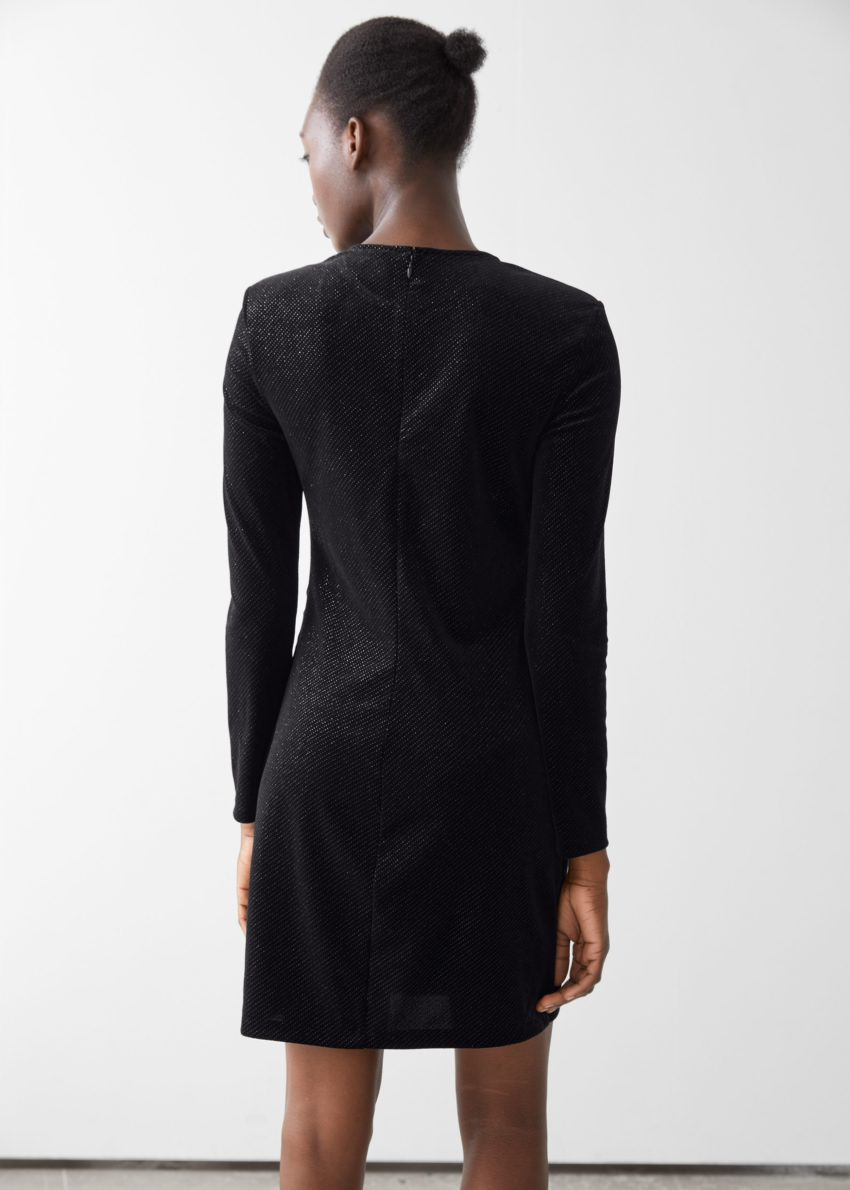앤아더스토리즈 글리터 벨루어 패디드 숄더 미니 드레스의 블랙 글리터컬러 ECOMLook입니다.