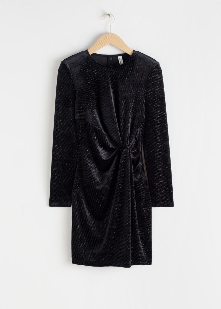 앤아더스토리즈 글리터 벨루어 패디드 숄더 미니 드레스의 블랙 글리터컬러 Product입니다.