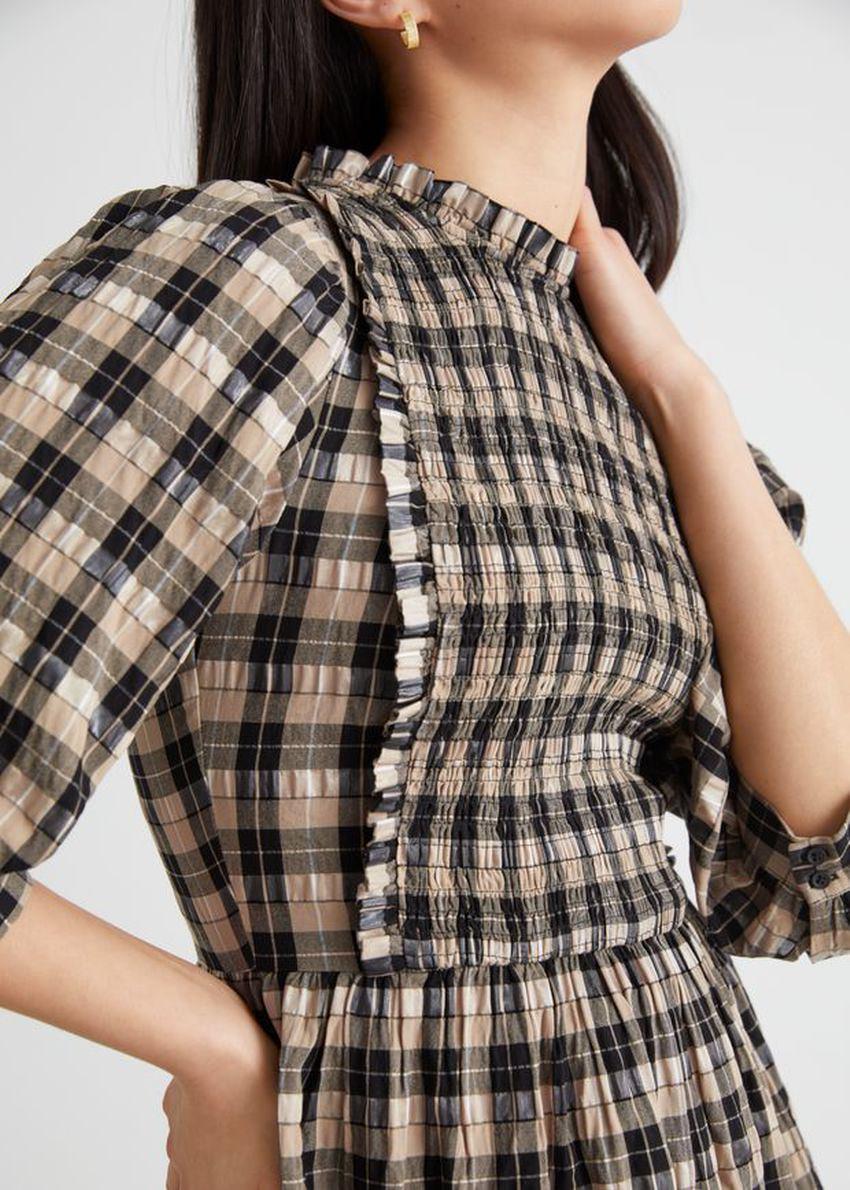 앤아더스토리즈 스모크 퍼프 슬리브 러플 미니 드레스의 베이지 체크컬러 ECOMLook입니다.