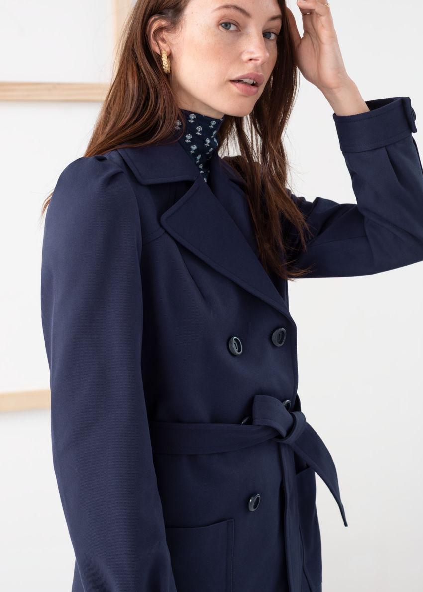 앤아더스토리즈 벨티드 트윌 트렌치 재킷의 네이비컬러 ECOMLook입니다.