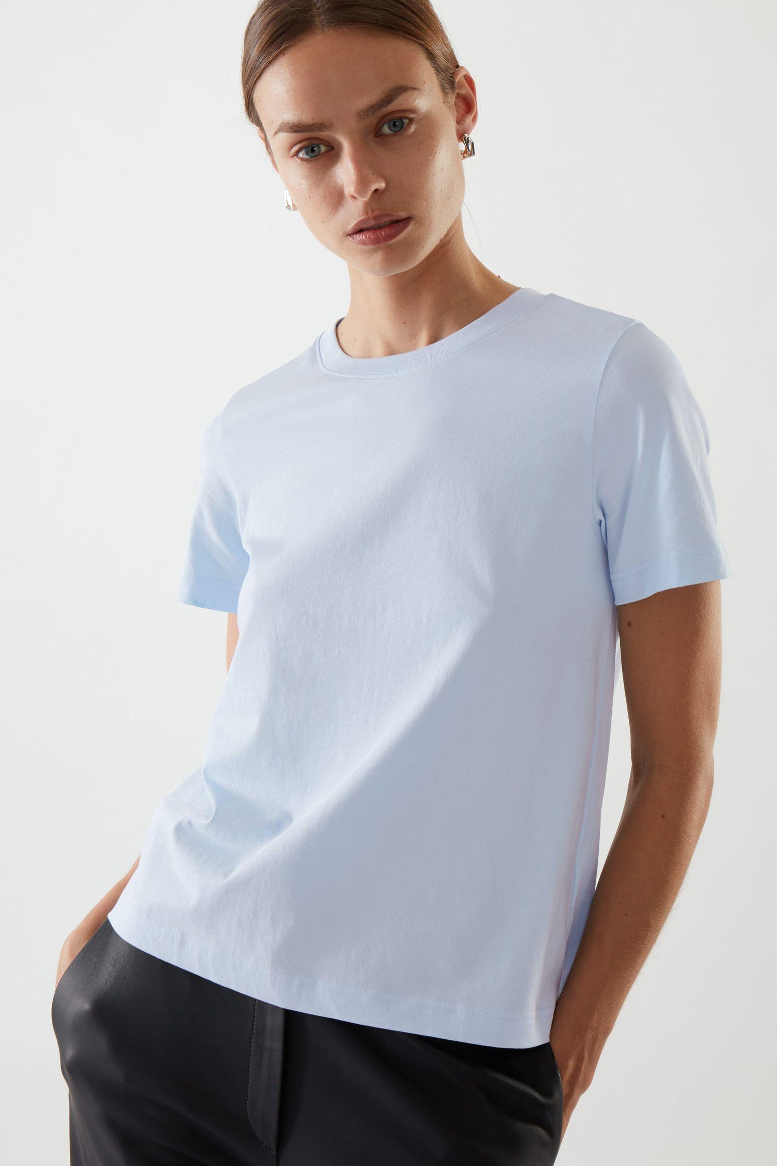 COS 코튼 저지 티셔츠의 블루컬러 ECOMLook입니다.