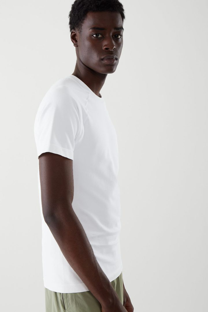 COS 슬림핏 심리스 티셔츠의 화이트컬러 ECOMLook입니다.
