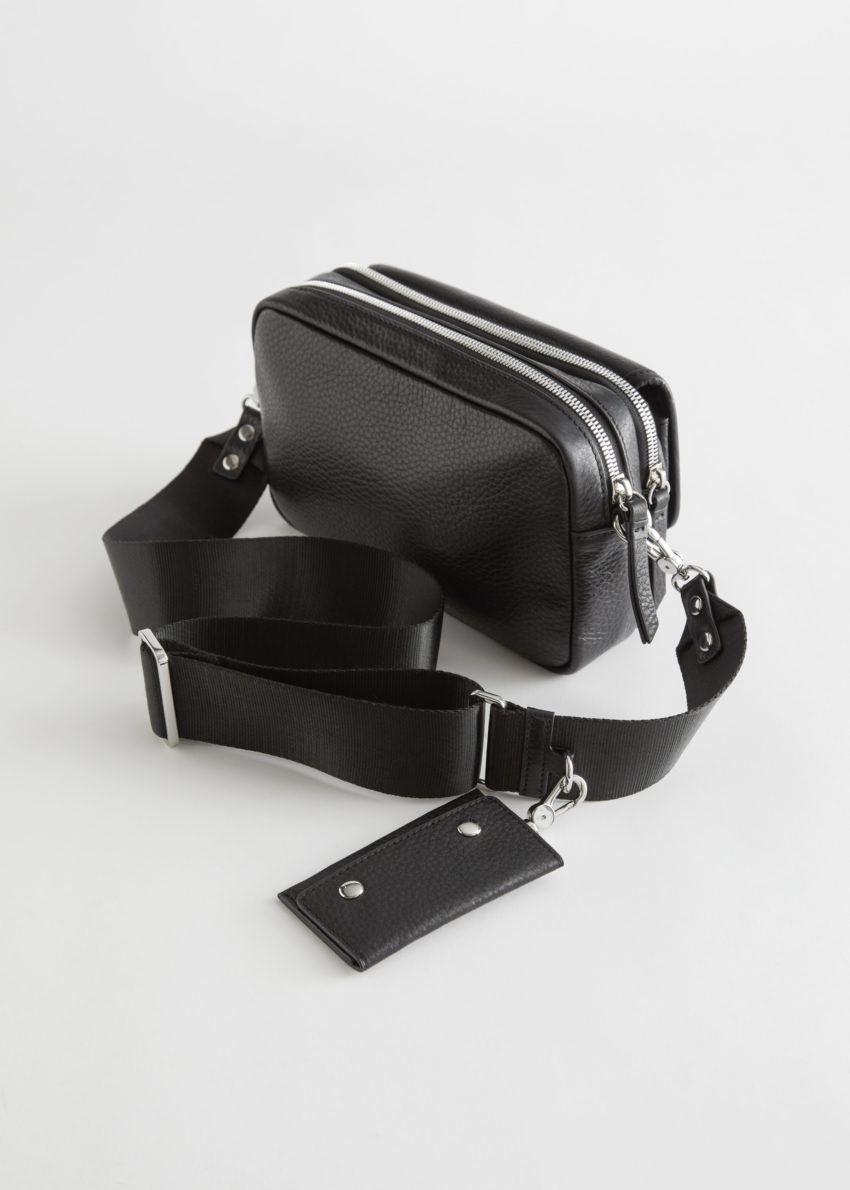 앤아더스토리즈 그레인 레더 크로스바디 백의 블랙컬러 Product입니다.