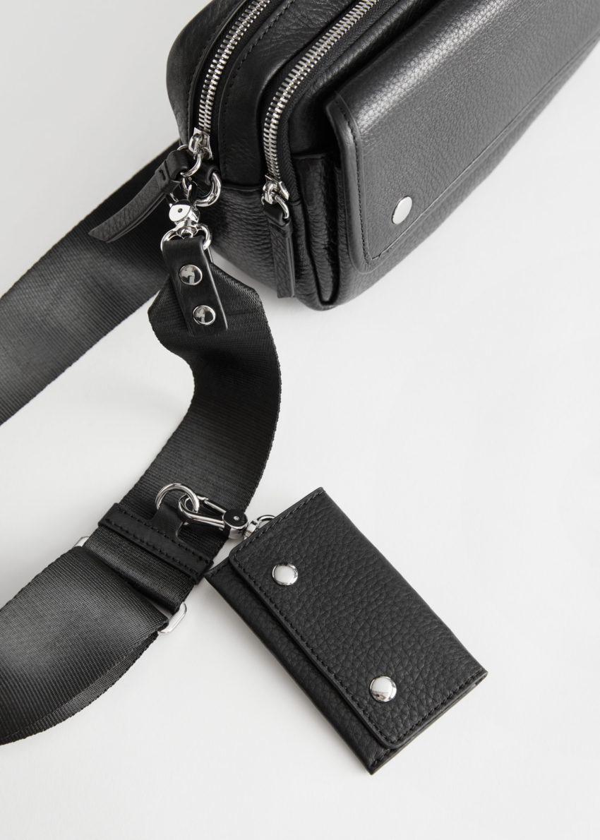 앤아더스토리즈 그레인 레더 크로스바디 백의 블랙컬러 Detail입니다.