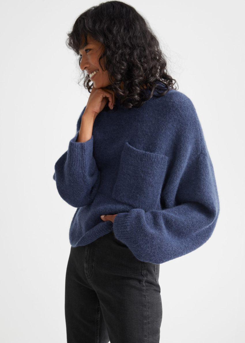 앤아더스토리즈 체스트 포켓 니트 스웨터의 다크 블루컬러 ECOMLook입니다.