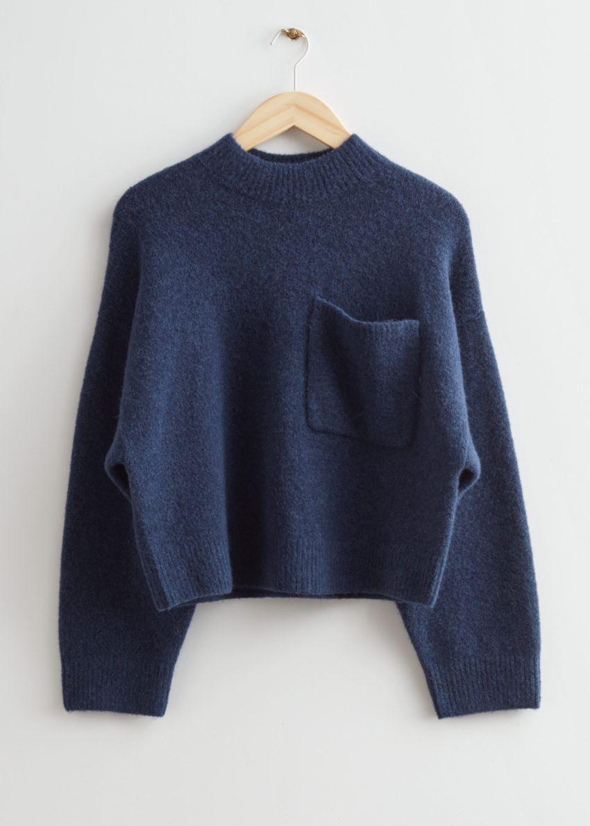 앤아더스토리즈 체스트 포켓 니트 스웨터의 다크 블루컬러 Product입니다.