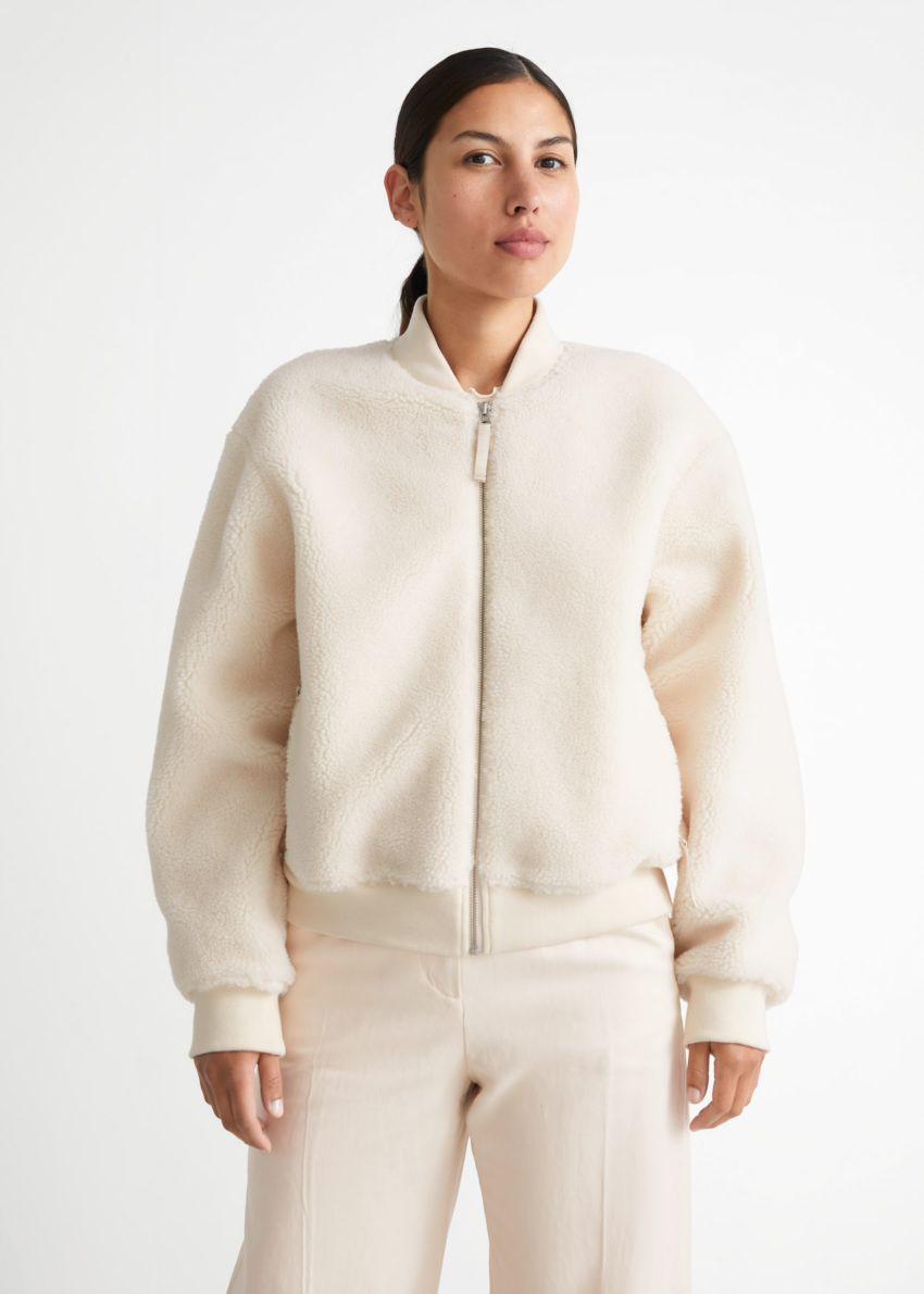 앤아더스토리즈 파일 보머 재킷의 화이트컬러 ECOMLook입니다.