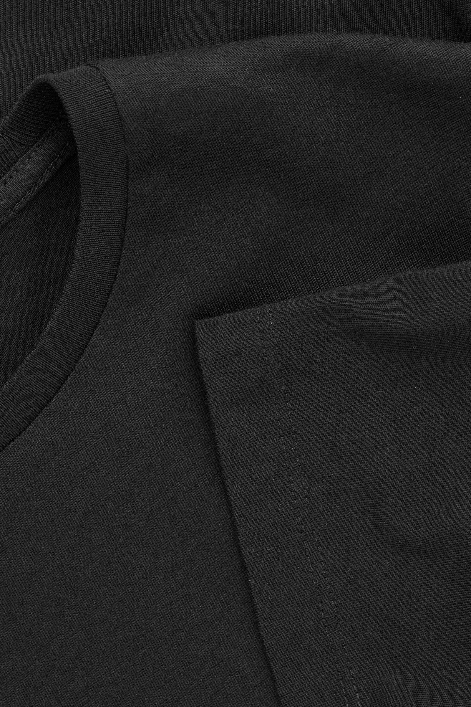 COS 라운드 넥 티셔츠의 블랙컬러 Product입니다.