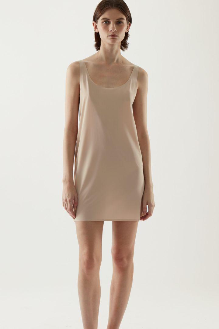 COS 심리스 슬립 드레스 의 베이지컬러 ECOMLook입니다.